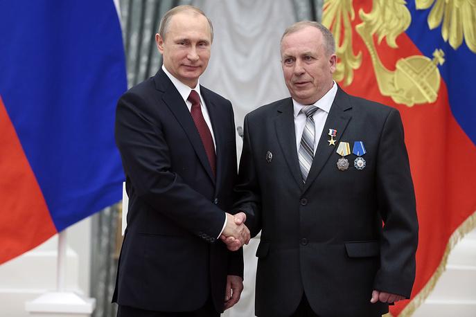 Президент России Владимир Путин и разливщик стали Новолипецкого металлургического комбината Юрий Савин