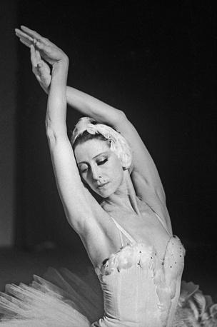 """Балерина Майя Плисецкая скончалась 2 мая в Германии от сердечного приступа. На фото: Майя Плисецкая в балете """"Лебедь"""" композитора К. Сен-Санса, 1987 год"""