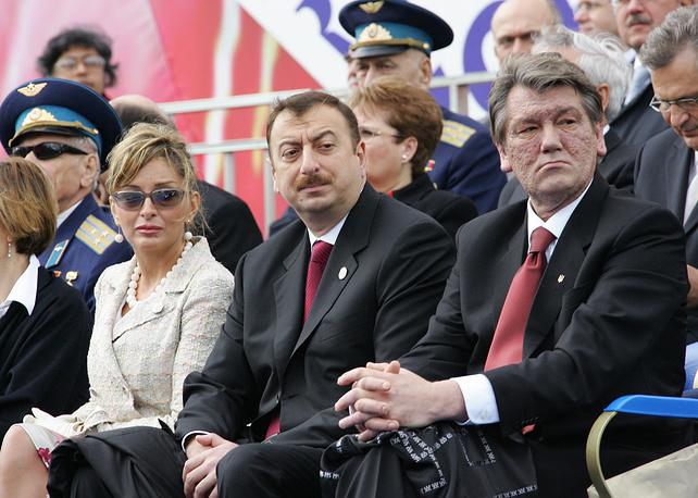 Президент Азербайджана Ильхам Алиев с супругой Мехрибан Алиевой и президент Украины Виктор Ющенко во время Парада Победы на Красной площади, 2005 год