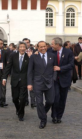 Премьер-министр Японии Дзюинътиро Коидзуми, премьер-министр Италии Сильвио Берлускони и президент США Джордж Буш после возложения цветов к Могиле Неизвестного солдата, 2005 год