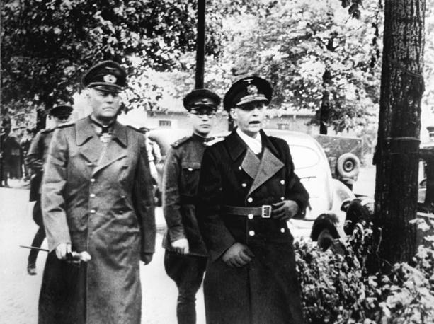 Представители фашистской Германии во главе с Кейтелем идут в помещение Карлсхорст для подписания капитуляции