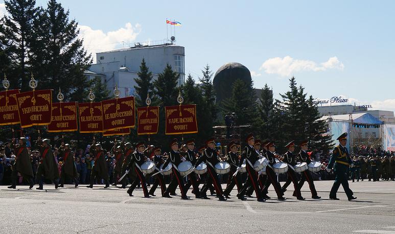 Открыли парад в Улан-Удэ кадеты-барабанщики
