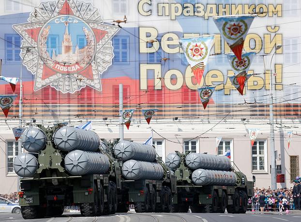 Зенитная ракетная система С-400 во время военного парада в Калининграде