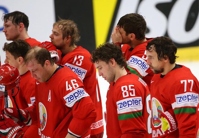 Игроки сборной Белоруссии Андрей Костицын, Артем Волков и Александр Китаров (слева направо) после окончания матча
