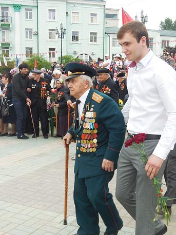 Ветеран Великой Отечественной войны Ильяс Казиханов направляется для возложения цветов к памятнику Воину освободителю, Махачкала