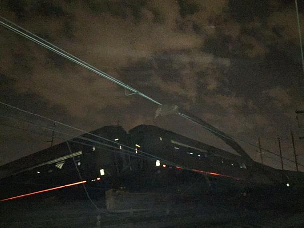 При падении вагонов некоторые люди были буквально выброшены наружу через разбитые окна