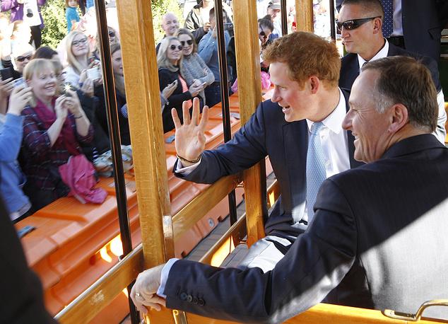 Принц Гарри во время поездки на старинном трамвае в городе Крайстчерч