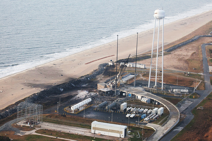 """28 октября 2014 г. при запуске с космопорта на острове Уоллопс в Атлантическом океане (около побережья шт. Вирджиния) взорвалась американская ракета-носитель Antares 130 (""""Антарес-130""""), которая должна была вывести в космос грузовой корабль Cygnus (""""Сигнус"""") с грузами для МКС. Спустя 6 секунд после старта возникли неполадки в работе первой ступени ракеты и она была уничтожена оператором пуска. От взрыва никто не пострадал, повреждения получил стартовый комплекс"""
