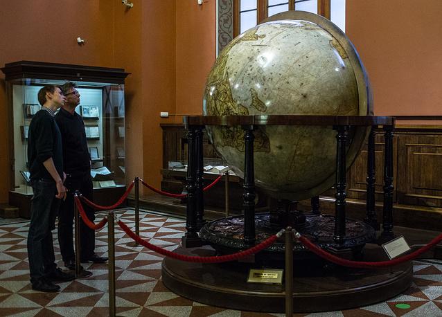 Посетители в Государственном историческом музее в Москве