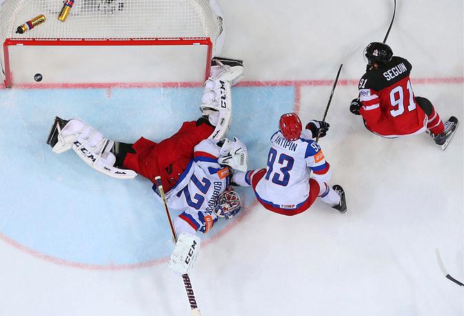Шайба в воротах российской сборной после точного броска форварда сборной Канады Тайлера Сегина