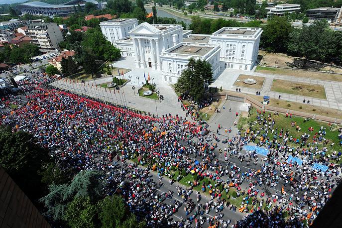 По замыслу социал-демократов, акции протеста будут проходить каждый вечер до тех, пор пока не будет выполнено требование оппозиции по отставке Груевского и всего кабинета министров. На фото: протестующие около здания правительства в Скопье