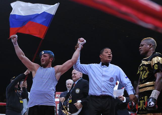 Россиянин Денис Лебедев празднует свою победу над французом Йори Каленгой в бою за титул чемпиона мира по версии Всемирной боксерской ассоциации (WBA), 2015 год