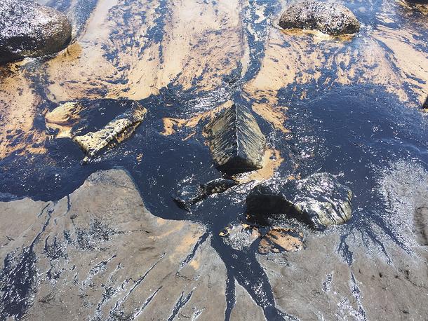 19 мая на нефтепроводе в 34 км к западу от курортного города Санта-Барбара произошел разрыв трубы, и из нее начала поступать нефть