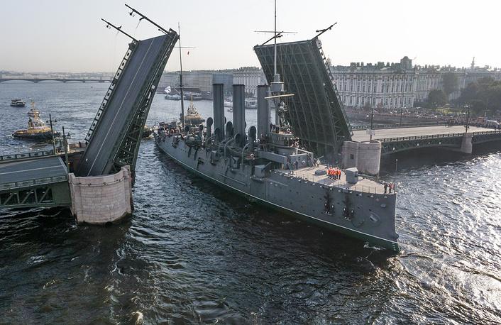 """Крейсер """"Аврора"""" проезжает через Дворцовый мост в Санкт-Петербурге, 2014 год"""