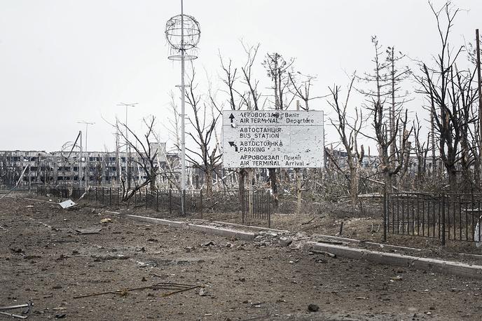 На месте разбора завалов в аэропорту присутствуют сотрудники Международного Комитета Красного Креста, ОБСЕ и Совместного центра по контролю и координации режима прекращения огня.  На фото: последствия боевых действий в районе аэропорта Донецка