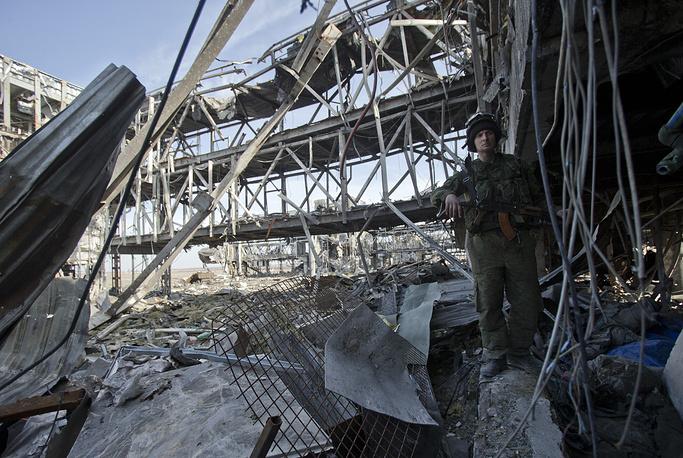 22 мая 2015 года на территории старого терминала аэропорта Донецка начались работы по извлечению оставшихся под завалами тел украинских военнослужащих. На фото: последствия боевых действий в районе аэропорта Донецка