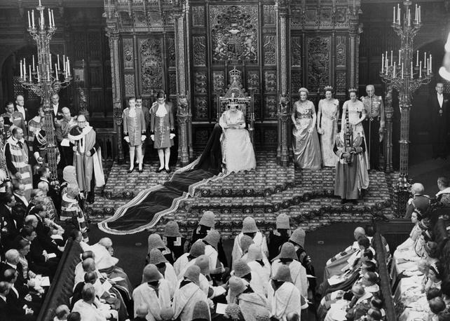Окончив выступление, королева покидает палату лордов, и парламент приступает к работе. В течение нескольких дней члены обеих палат ведут оживленные дебаты по основным положениям тронной речи. Затем она ставится на голосование в палате общин, что рассматривается как вынесение вотума доверия правительству. На фото: Елизавета II в палате лордов во время открытия сессии парламента, 1964 год