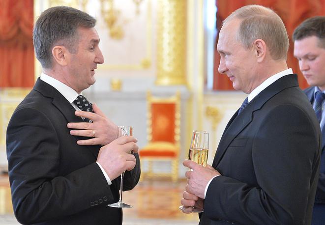 Посол Албании в РФ Арбен Газиони и президент России Владимир Путин