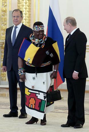 Глава МИД РФ Сергей Лавров, посол ЮАР в РФ Номасонто Мария Сибанда-Туси и президент России Владимир Путин