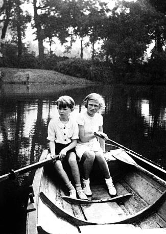 Наследный принц Бельгии Бодуэн с сестрой принцессой Джозефиной на озере в королевском парке, 1937 год