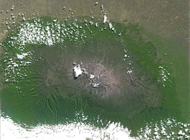 Гора Килиманджаро. ЮНЕСКО обнародовала спутниковые фотографии таяния ледников, чтобы привлечь внимание к проблеме изменения климата