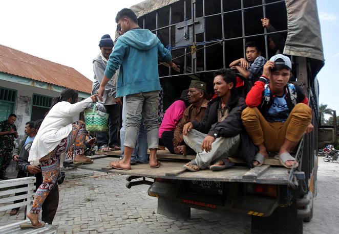 Власти Индонезии начали эвакуацию из зоны активизировавшегося Синабунга