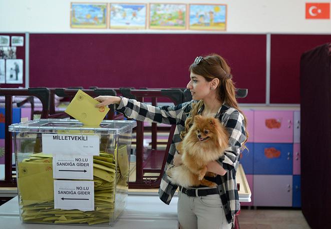 Избирательным правом в Турции обладают граждане, достигшие 18 лет. Не имеют права голосовать рядовые и капралы, служащие в вооруженных силах, слушатели высших военных школ, а также заключенные