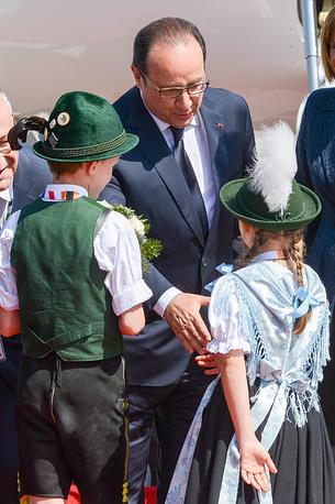 Согласно официальным данным, проведение саммита обошлось госказне Германии в 130 млн евро. На фото: президент Франции Франсуа Олланд во время прибытия в аэропорт Мюнхена