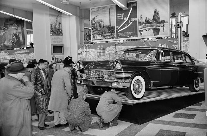"""Выставка 1958 г. проходила под девизом """"Человек и прогресс"""". Основной интригой стало противостояние павильонов СССР и США.  В итоге Гран-при получил именно советский павильон. На фото:  у стенда с автомобилем """"ЗИЛ-111"""" в советском павильоне"""