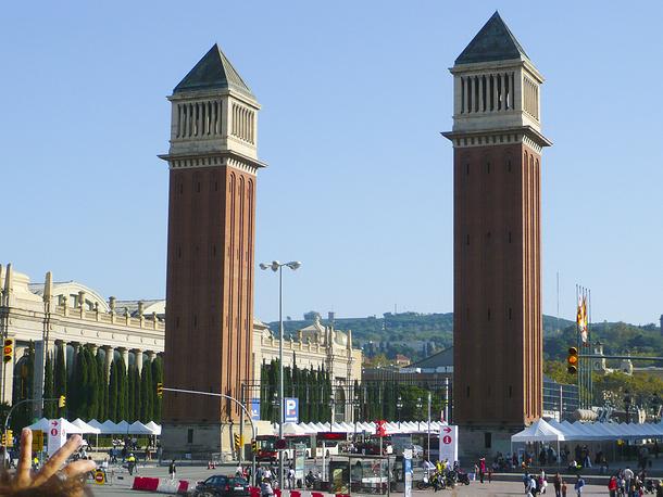 В истории развития всемирных выставок выделяются три периода. Первый - с 1851 по 1938 - называют периодом индустриализации. В эти годы главной целью выставок была торговля и демонстрация промышленных изобретений и достижений. На фото: 47-метровые башни парадного входа на Всемирную выставку в Барселоне 1929 г. Башни, напоминающие колокольню собора Сан-Марко в Венеции и получившие название Венецианские, построены архитектором Рамоном Ревентосом. Сейчас это вход на торговую ярмарку Барселоны