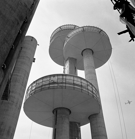 """В 1964 г. в Нью-Йорке снова прошла Всемирная выставка, однако она не была санкционирована Бюро международных выставок. Ее девизом стала фраза """"Мир через взаимопонимание"""".  Города на Луне и под водой, фантастика и воплощенные мечты, неслучайно именно эта выставка становится местом действия фильма """"Земля будущего"""" с Джорджем Клуни. На фото: грибовидная структура - часть экспозиции"""