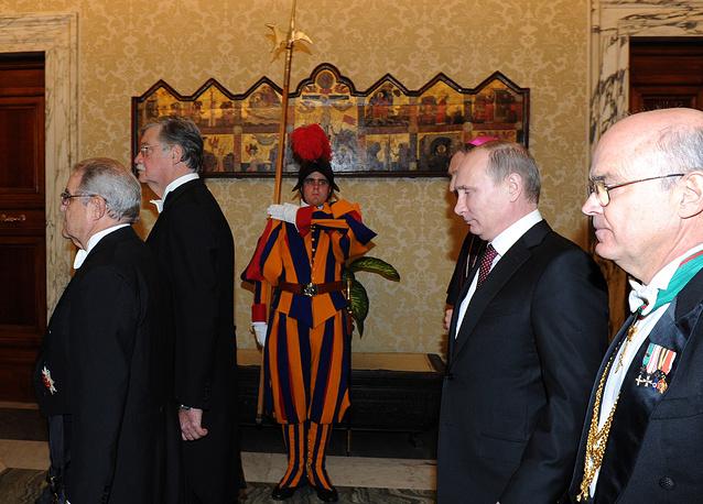 Владимир Путин после переизбрания на новый президентский срок в 2012 г. посетил Ватикан 25 ноября 2013 г. и был принят папой Франциском. На фото: президент РФ перед началом встречи с папой римским
