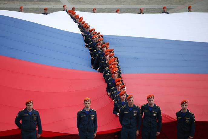 10 июня на Поклонной горе 300 курсантов МЧС развернули флаг РФ площадью 2,1 тыс. кв м., который стал новым национальным рекордом как самый большой флаг страны. Акция была посвящена 70-летию Победы в Великой Отечественной войне