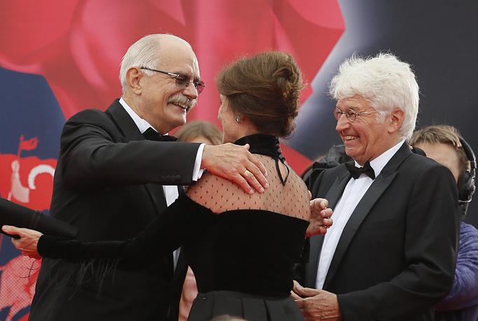 20 июня открылся  37-й Московский международный кинофестиваль. На фото: президент ММКФ Никита Михалков (слева), актриса, член жюри фестиваля Жаклин Биссет (в центре) и французский режиссер, председатель жюри ММКФ Жан-Жак Анно