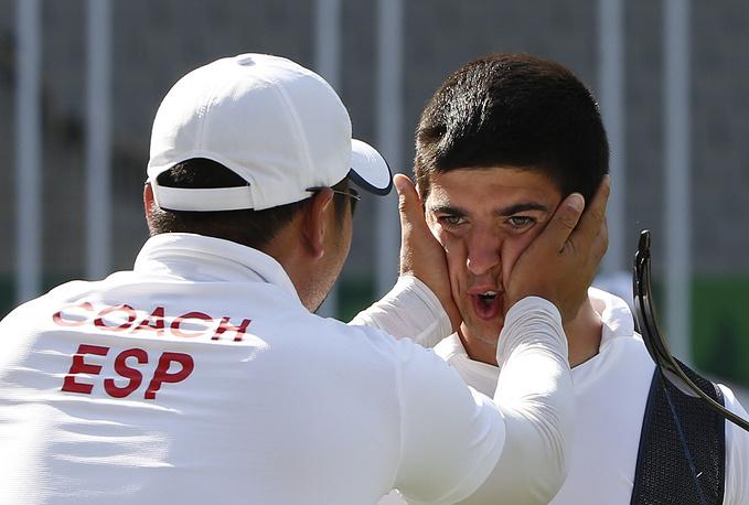 Испанец Мигель Альварино Гарсия (справа) во время соревнований по стрельбе из лука
