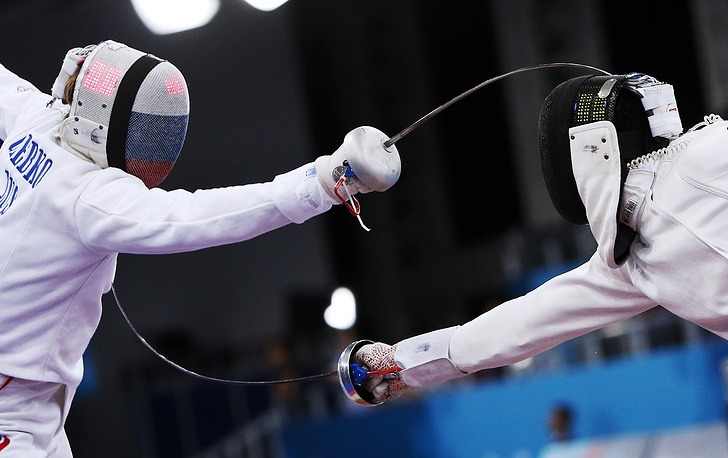 Антон Глебко (Россия) и Даниэль Жеран (Франция, слева направо) во время соревнований по фехтованию на шпагах