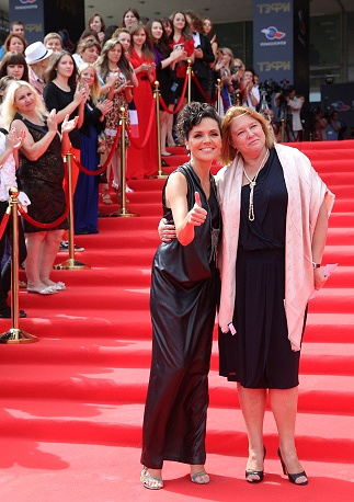 Телеведущая Анастасия Чернобровина (слева)