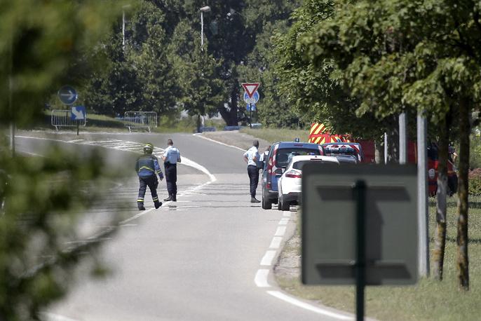 Террорист проживал в пригороде города Лиона со своей женой. У него трое детей - двое сыновей и маленькая дочь. Супруга и дочь в настоящее время задержаны полицией