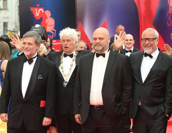 Председатель жюри режиссер Жан-Жак Анно (Франция) (второй слева), члены жюри основного конкурса режиссер Алексей Федорченко (Россия) (второй справа) и сценарист Фред Брайнерсдорфер (Германия) (справа)