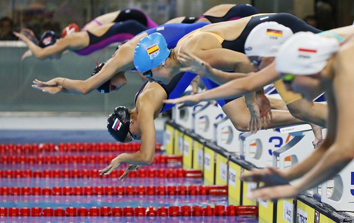 Пловчихи на старте соревнований на Играх в Баку (100 метров вольным стилем)