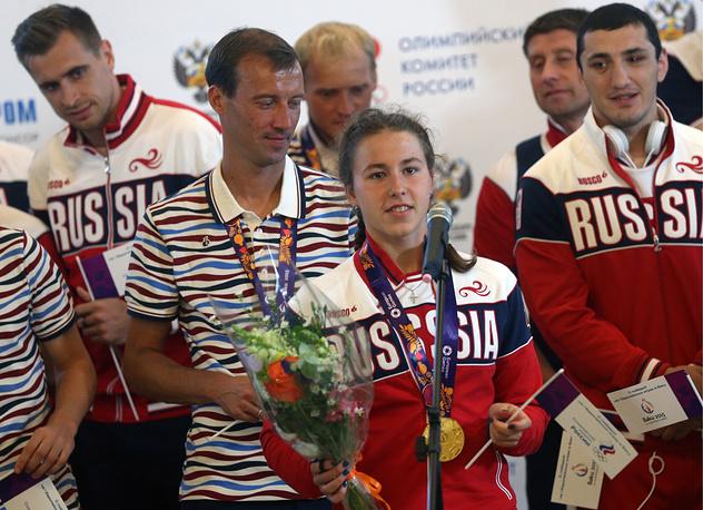 Арина Опенышева, завоевавшая золотую медаль в соревнованиях по плаванию