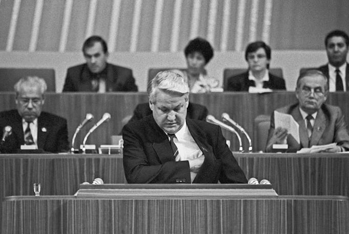 """За день до окончания съезда Ельцин, сославшись на избрание председателем Верховного Совета РСФСР и """"огромную ответственность перед народами России"""" с учетом перехода общества на многопартийность, заявил о решении выйти из рядов КПСС"""