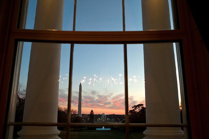 Вид на Южную лужайку из окон Голубой комнаты, 2012 год