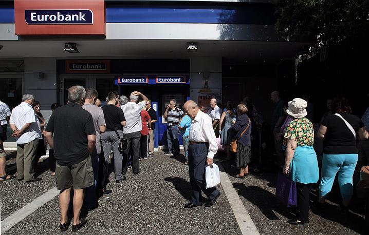 Социологические компании отмечают, что доля тех, кто соглашается на требования кредиторов, заметно выросла после введения в Греции контроля за движением капитала, включающего ограничения на снятие наличных в банкоматах и замораживание банковских вкладов. На фото:  греческие пенсионеры стоят в очередях, чтобы снять наличные, гарантированные им пенсионными выплатами