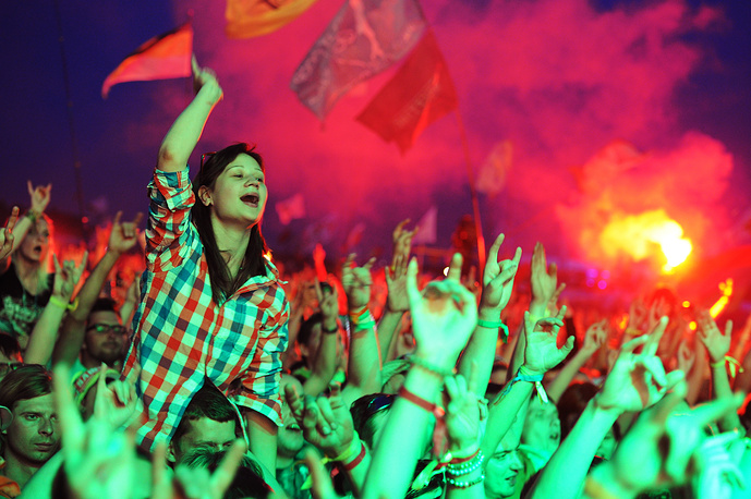 Поток из любителей отечественной рок-музыки, желающих посетить фестиваль, не прекращался