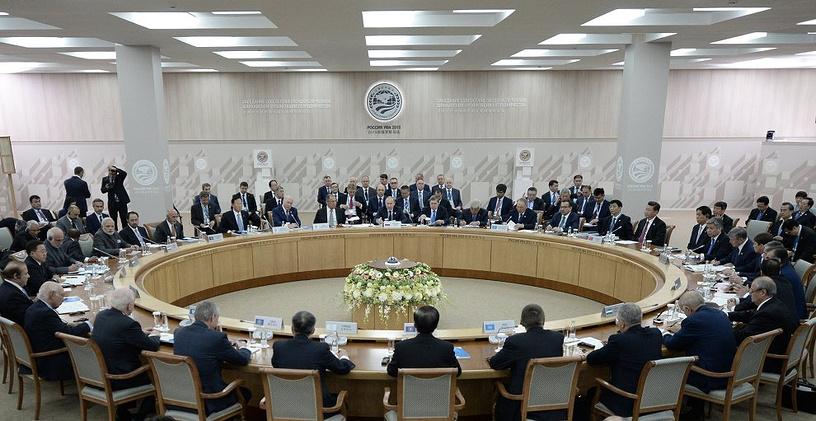 Проходящие в Уфе саммиты БРИКС и ШОС закладывает основы для новой системы управления миром, отмечает газета французских деловых кругов L'Echo. На фото: заседание Совета глав государств-членов ШОС в расширенном составе