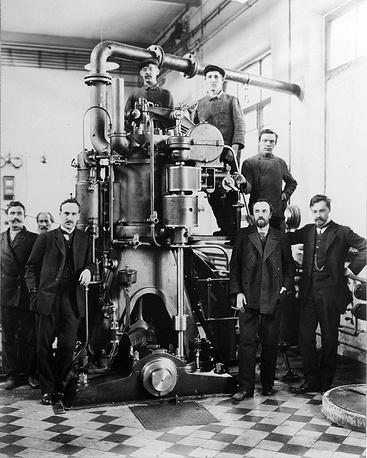 В 1848 году в МРУЗе открылась механическая мастерская, средства на оборудование которой были выделены по указанию императора Николая I после посещения им училища. Впоследствии мастерская была преобразована в опытный завод. На фото: студенты у двигателя внутреннего сгорания,1840-1850 годы