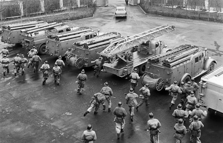 Пожарные расчеты занимают места по тревоге, Москва, 1968 год