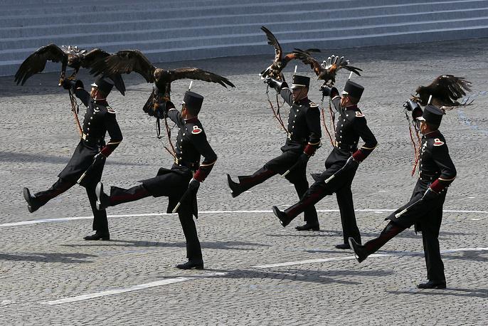 В парадном строю прошли курсанты мексиканской армии со специально обученными орлами