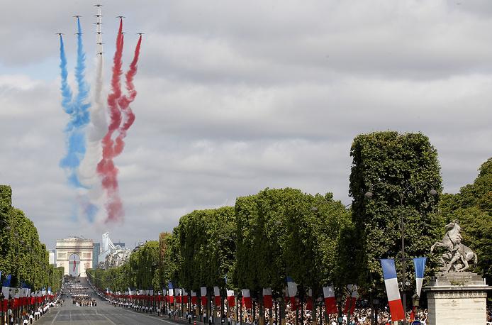 Парад в честь Дня взятия Бастилии открыла пилотажная группа ВВС Франции Patrouille de France